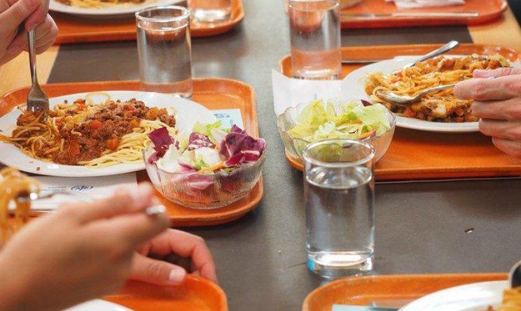 Offerte di lavoro nella ristorazione, posizioni aperte per addetti mensa, cuochi e altre figure