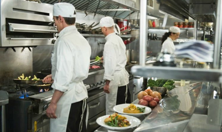 Offerte di lavoro nei ristoranti, 2 nuove aperture, 50 posti per camerieri, cuochi e altre figure