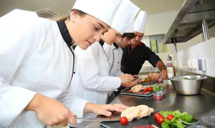 Offerte di lavoro per addetti alla mensa e aiuto cuochi con licenza media