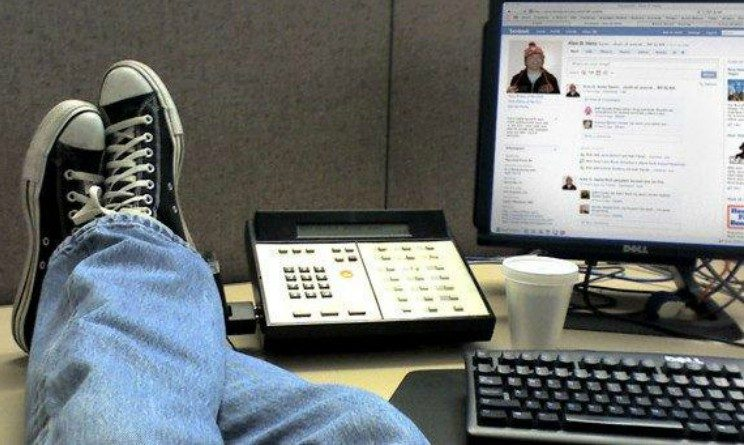 Cassazione, usi Facebook a lavoro, posso licenziarti, arriva la conferma