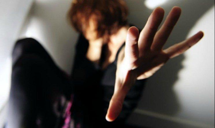 Si presenta al colloquio di lavoro, ma viene violentata dal titolare, barista a processo