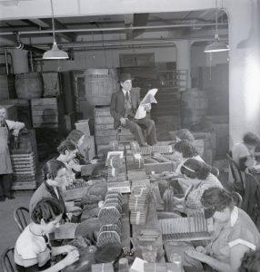 lettura del giornale in fabbrica
